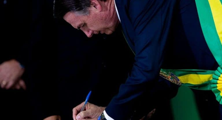 Bolsonaro assina decreto que autoriza PRF a chamar 1.000 aprovados